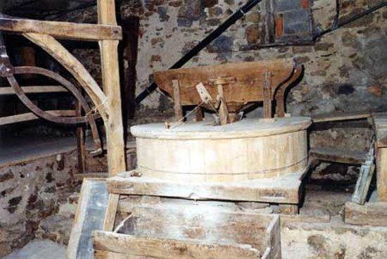 Saint-Andre-de-Najac, Frankreich: Meule pour le blé.La mouture se fait en un seul passage entre les meules.