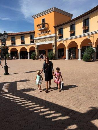 Valdichiana Outlet Village : Plein in het outletcentrum