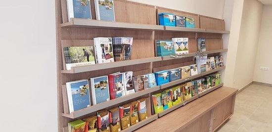 Auffay, France: Des présentoirs bien achalandés