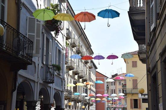 Biella, Italie: Ombrelli sulle vie del centro