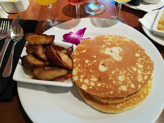 Kona Cafe: Macadamia nut pancakes (pineapple and butter on the side)