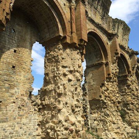 Il faut visiter avec la guide (mardi et mercredi je crois) ce qui permet de visiter les ruines,