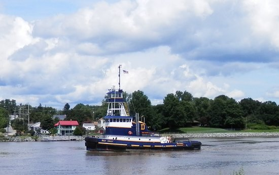 Ship Watch Inn: Tug transiting the canal