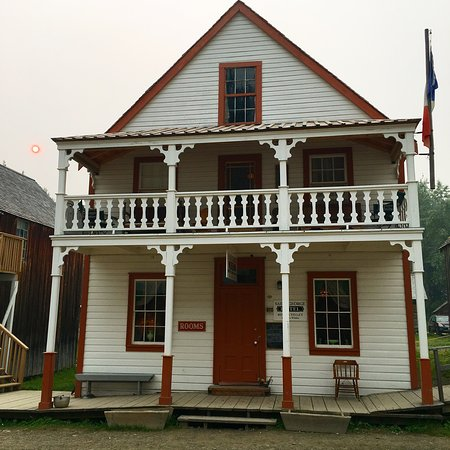 Barkerville, Canadá: St George's Hotel. Mr Boyce & Miss Leoni await your visit.