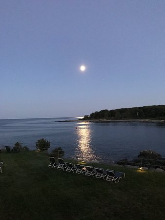 Stage Neck Inn: Ocean View Room overlooking the Lawn - Moonrise