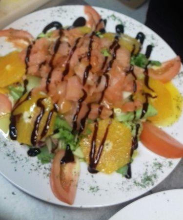 Villalbilla, Spain: Ensalada de salmón y naranja con aroma de cítricos