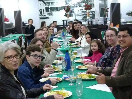 Xanxere, SC: Família e amigos que estiveram presentes durante o jantar, no estabelecimento comigo.