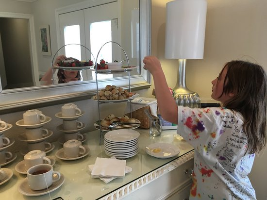 Lithia Springs Resort: Complimentary tea and scones in the afternoon