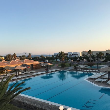 Akti Beach Club Hotel: Far end of Coast road, left out of grounds