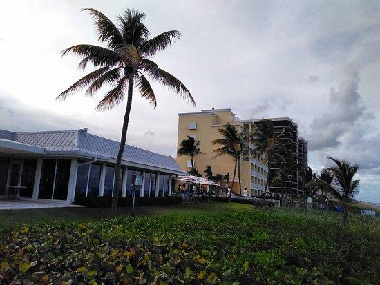 Latitudes Restaurant: Outside on the beach