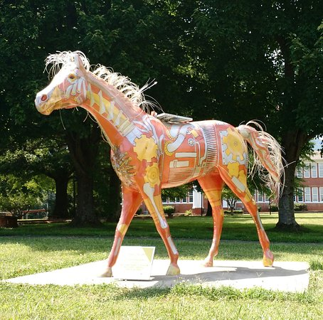 "โคลัมบัส, นอร์ทแคโรไลนา: Art installation""Behold the Sun"" solar powered, the mane, tail and inlaid LEDs light up at night"