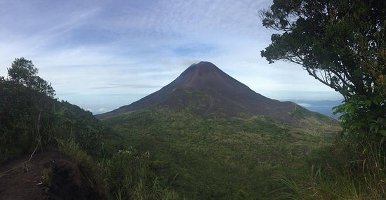 Gorontalo, Indonésia: Mount Soputan. You will actually climb to the vulcano in front of mount Soputan.