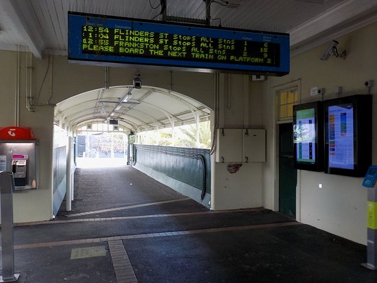 Malvern, Australia: Ticket area and overbridge