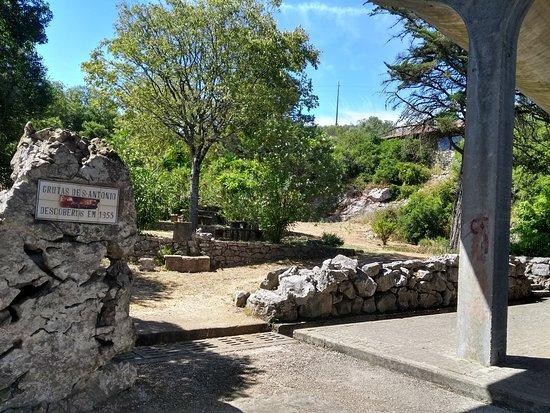 Alvados, Πορτογαλία: Pequena zona de merendas mesmo à entrada da gruta