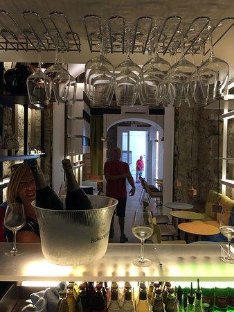 YUU-Bar-Gallery-Capri: Un bar teatro sulla sala