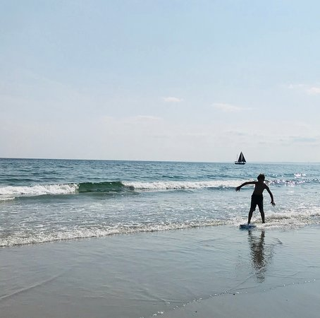 Seaside Inn : Skim boarding on the beach