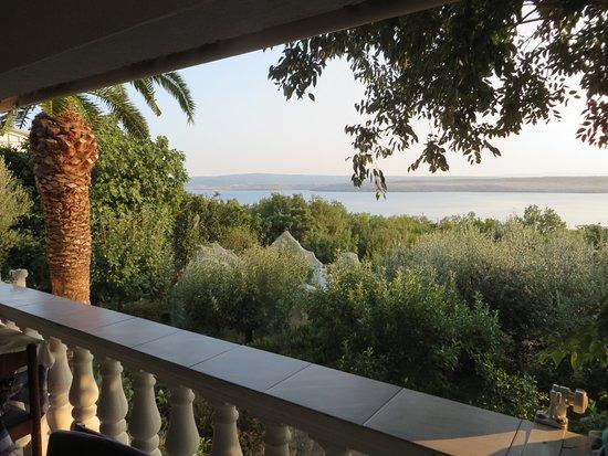 Jadranovo, Croatie: Blick vom Gastraum zum Meer