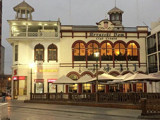 Plaza Prat: El Club Croata, destacan sus colores alegres; hoy un restaurante
