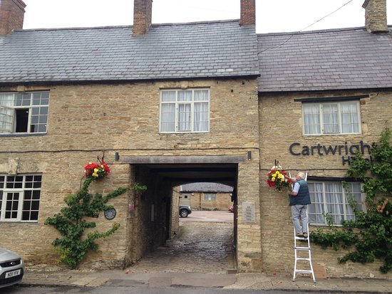 Aynho, UK: Entrance arch into car park and reception