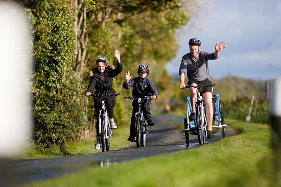 Daingean, Ireland: The Grand Canal's towpaths are ideal for a family cycle