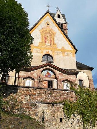La Chiesa risalente al XII secolo, a Carano