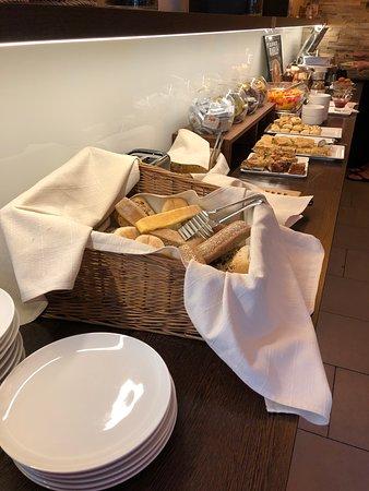 Ahotel Hotel Ljubljana: ontbijbuffet