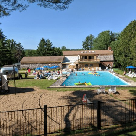 Town & Country Resort Motor Inn: Pool view from Mountain Rd