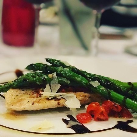‪‪Wickliffe‬, ‪Ohio‬: Casa Di Vino winery and restaurant grilled chicken and asparagus  ‬