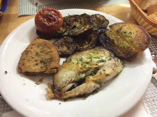 Santa Margarida, Espagne: Pescado con verduras y patata asada.
