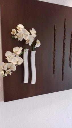 Hotel Capao : Hotel corridor flower arrangement.