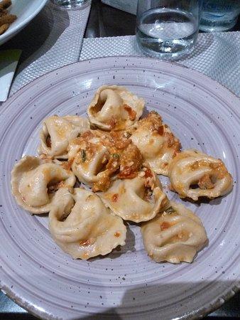 Ca' San Pir: Tortelloni ripieni di mozzarella di bufala con pomodorini e anacardi