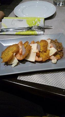 Ca' San Pir: Millefoglie di cous cous, pomodori cuori di bue, crema di cipolla rossa e scaglie di formaggio