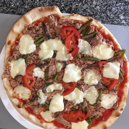 Mons-en-Laonnois, Frankrijk: Pizza Seguin avec du chèvre et de la coppa et pizza niçoise avec du thon, des anchois, des haric