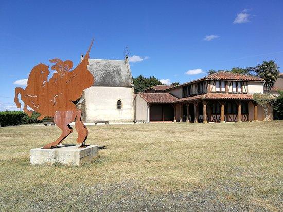 Lupiac, فرنسا: Le musée et la statut de d'Artagnan.