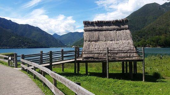 Museo delle Palafitte del Lago di Ledro: la palafitta con lo sfondo del lago