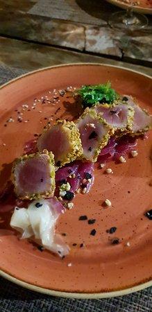 Montecorice, Italy: Tonno scottato in crosta di pistacchio su letto di cipolla