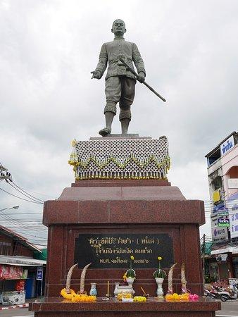 Roi Et, Thailand: Statue of Phra Khattiya Wongsa (Thon)