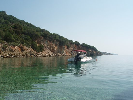 Trizonia, Greece: Ηρεμός κόλπος με πεντακάθαρη θάλασσα