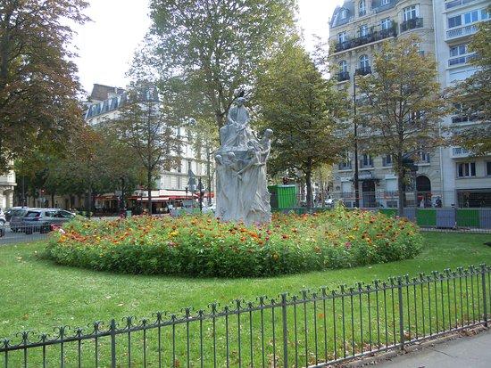 Monument a Alexandre Dumas fils