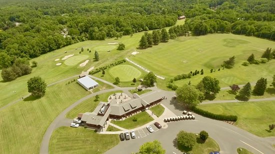 Simsbury, CT: Clubhouse, Restaurant, Putting Green and Range