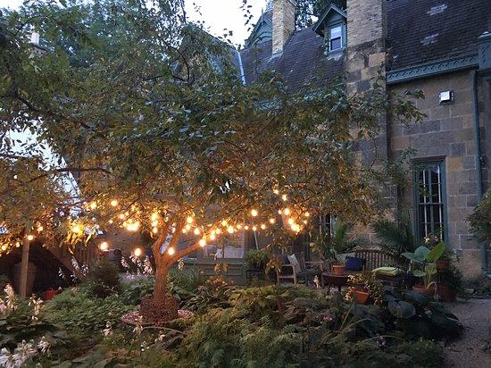 The Livingston Inn: Rear patio