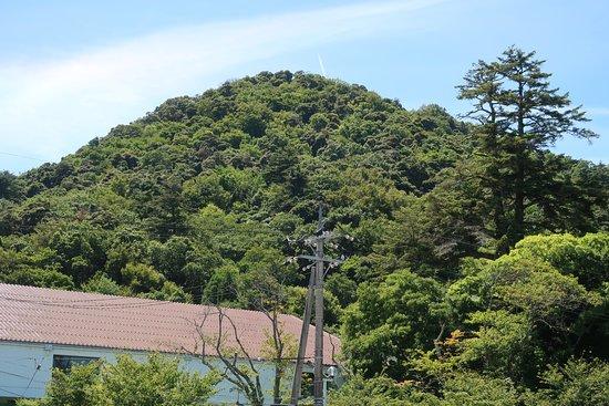 Kurayoshi, Japan: 三角形の小高い丘のような山