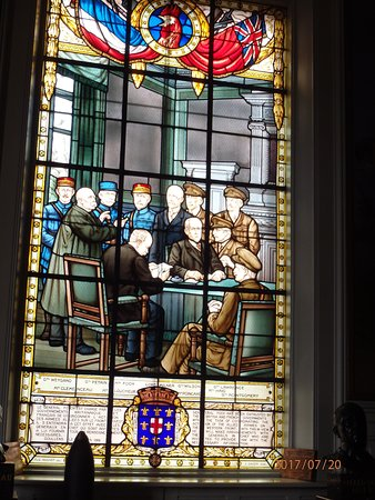 Doullens, فرنسا: Stained glass window.