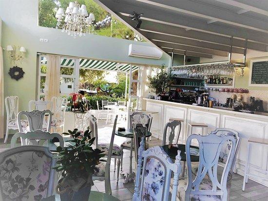 Dapprima Cafe: όμορφο περιβάλον για καφέ και ποτό