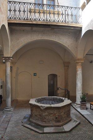 Palazzo Vescovile: puit interieur