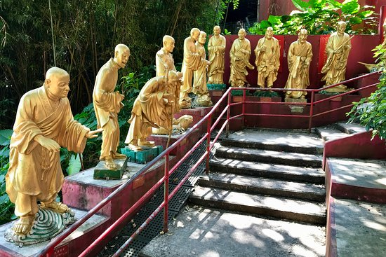 Ten Thousand Buddhas Monastery (Man Fat Sze): The stairs to reach the top