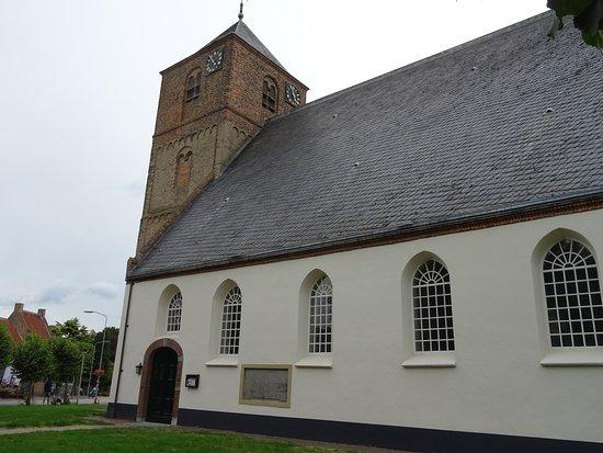 12de eeuwse tufstenen toren van 15de eeuwse kerk Beusichem
