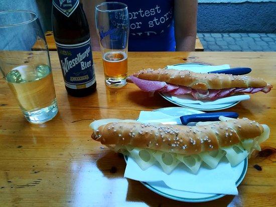 Maria Enzersdorf, Österreich: Salzstangen mit Käse und Braten