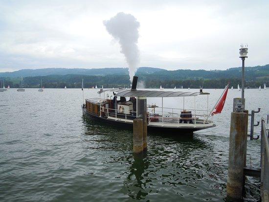 Greifensee, Schweiz: Dampfschiff bei der Abfahrt in Niederuster