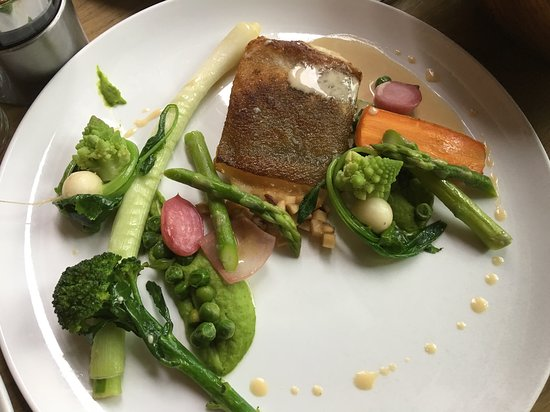 Fretheim Hotel Restaurant: Fish of the week with pea purée, pickled jerusalem artichoke and creamy fish sauce